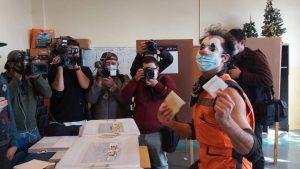 En completo silencio: el famoso Mimo Tuga causó sensación en local de votación en Valparaíso