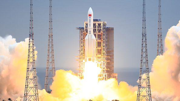 """Astrónomo de la U. de Chile sobre el aterrizaje del """"cohete chino"""": """"Las probabilidades de que nos vaya a caer encima son bajísimas"""""""