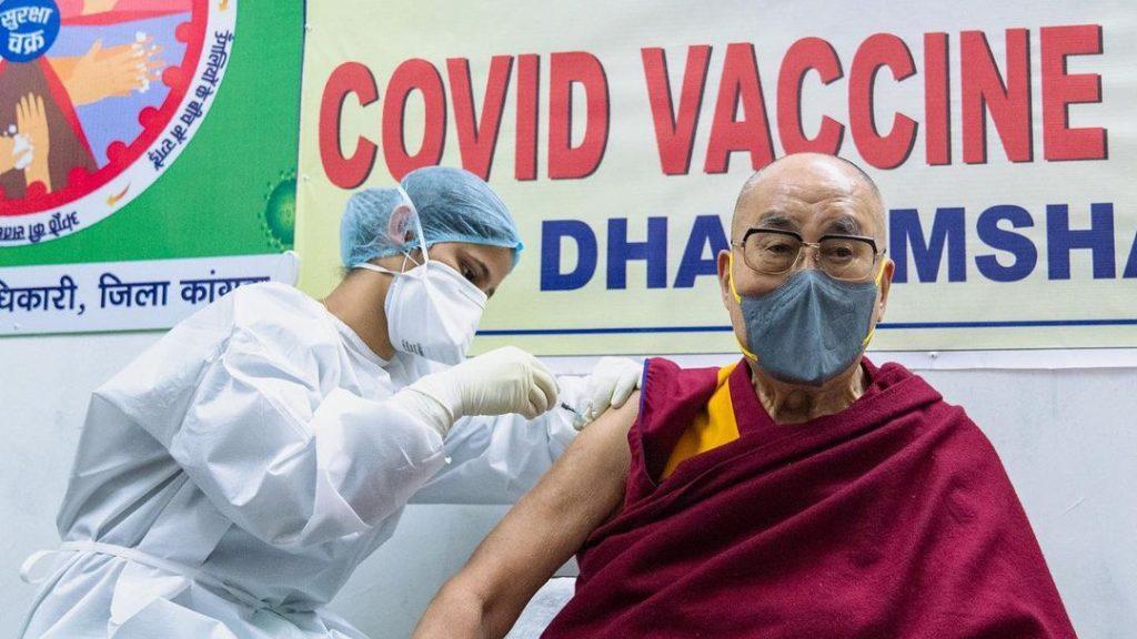Memes y cientos de comentarios: vacunación del dalái lama contra el covid-19 se hizo tendencia en redes sociales