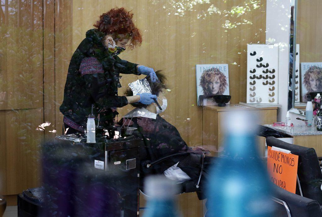 Alcalde Lavín presentó al Minsal propuesta para que en Las Condes puedan funcionar peluquerías y comercios pequeños