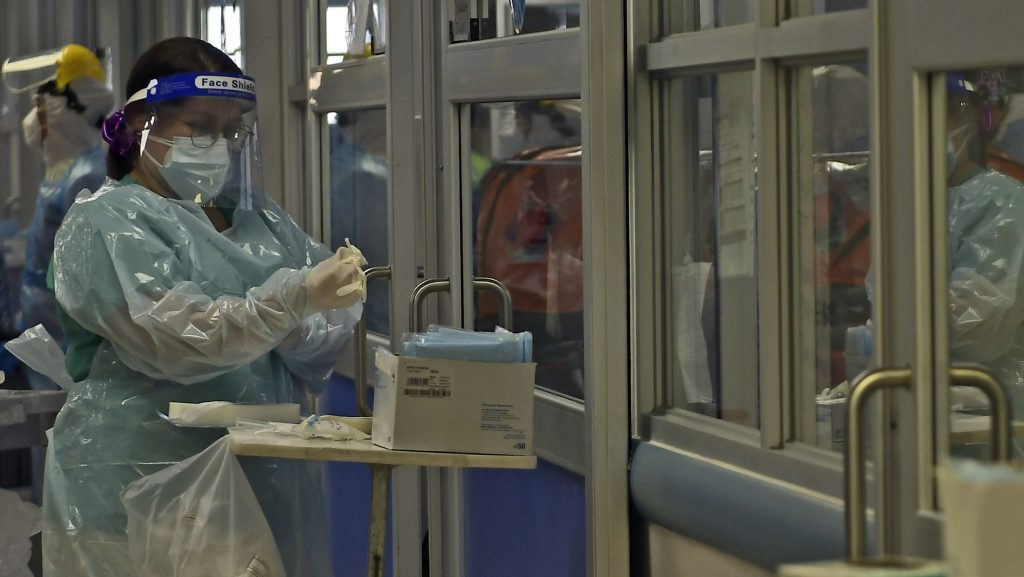 """RM tiene 41 camas críticas disponibles: Ministro Paris llamó a funcionarios de la salud a """"no abandonar a los pacientes"""""""