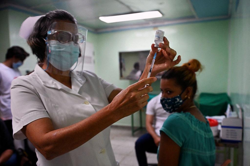Enfermera prepara una vacuna Abdala contra el Covid-19 en La Habana