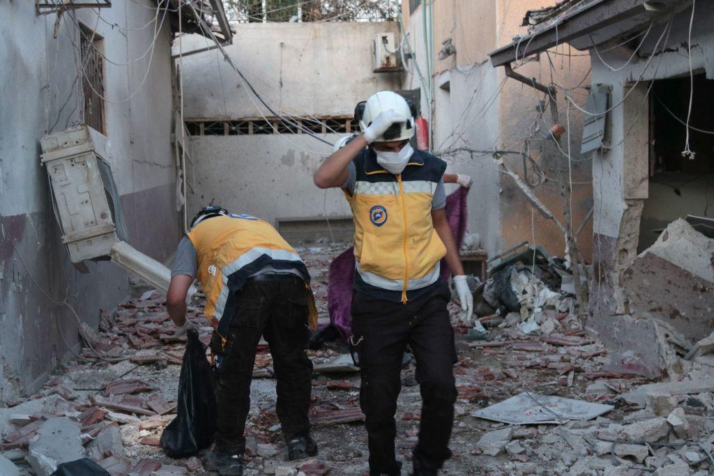 Rescatistas sirios buscan entre los escombros de un hospital en Afrín