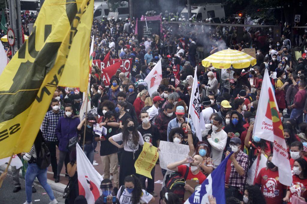 Masivas marchas contra Bolsonaro luego que Brasil superó 500.000 víctimas del Covid-19