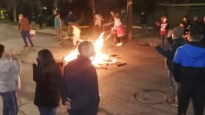 Vecinos de villa en Las Condes realizaron protesta por cortes de luz en la zona