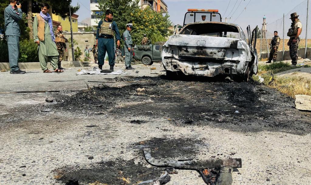 Un auto destruido por el impacto de un cohete en Afganistán