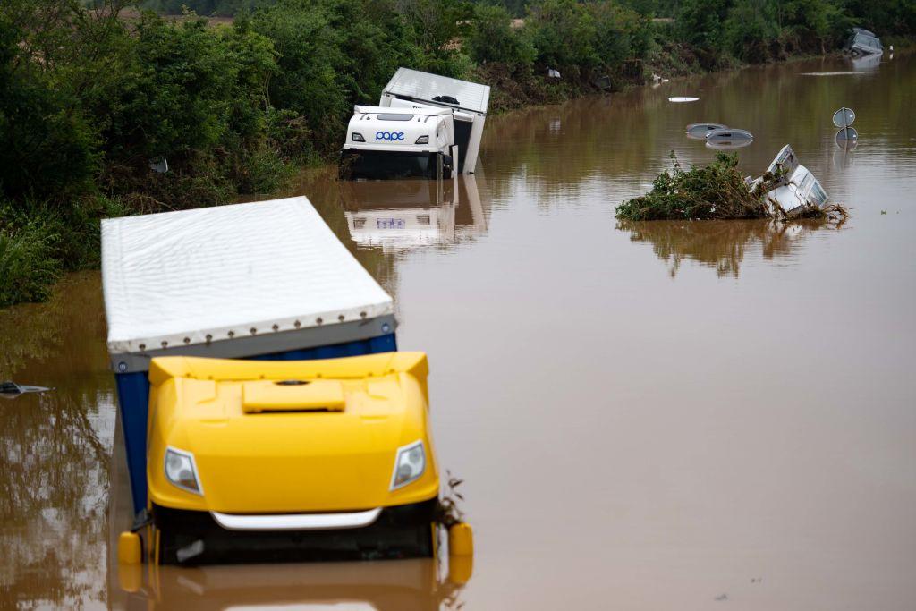 Automóviles y camiones bajo en agua en North Rhine-Westphalia
