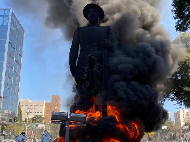 Activistas incendiaron una estatua símbolo de la esclavitud en Brasil