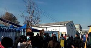 Más de 400 personas esperando: Se registraron largas filas en vacunatorio de Maipú