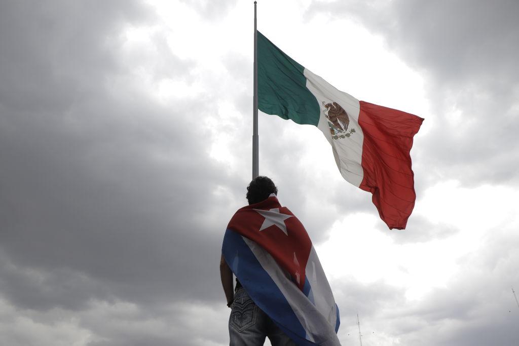 Manifestante con la bandera de Cuba en el Zócalo de Ciudad de México
