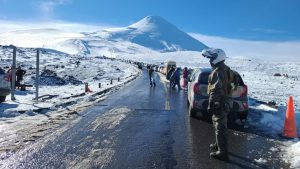 Limitan acceso al Volcán Osorno por masiva llegada de turistas durante las vacaciones de invierno