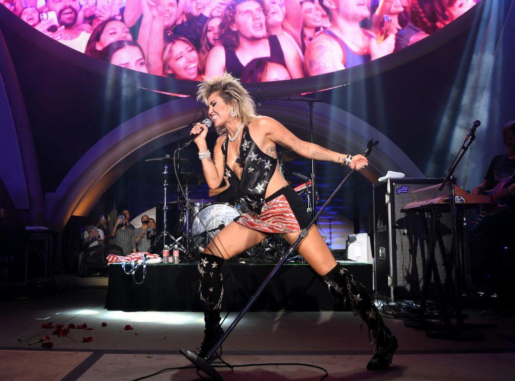 """Miley Cyrus se transformó en Marylin Monroe para el video de """"Plastic Hearts"""""""