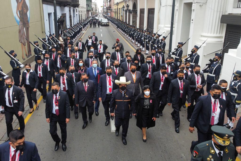 Pedro Castillo y Lilia Paredes caminan hacia el congreso del Perú