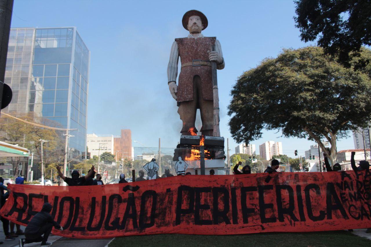 El momento en que se inicia el fuego en la estatua del esclavista Borba Gato