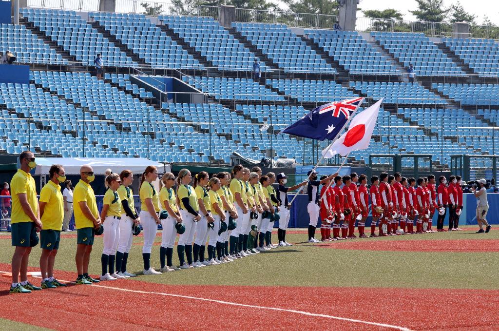 Las jugadoras de Australia y Japón escuchan sus himnos antes del juego