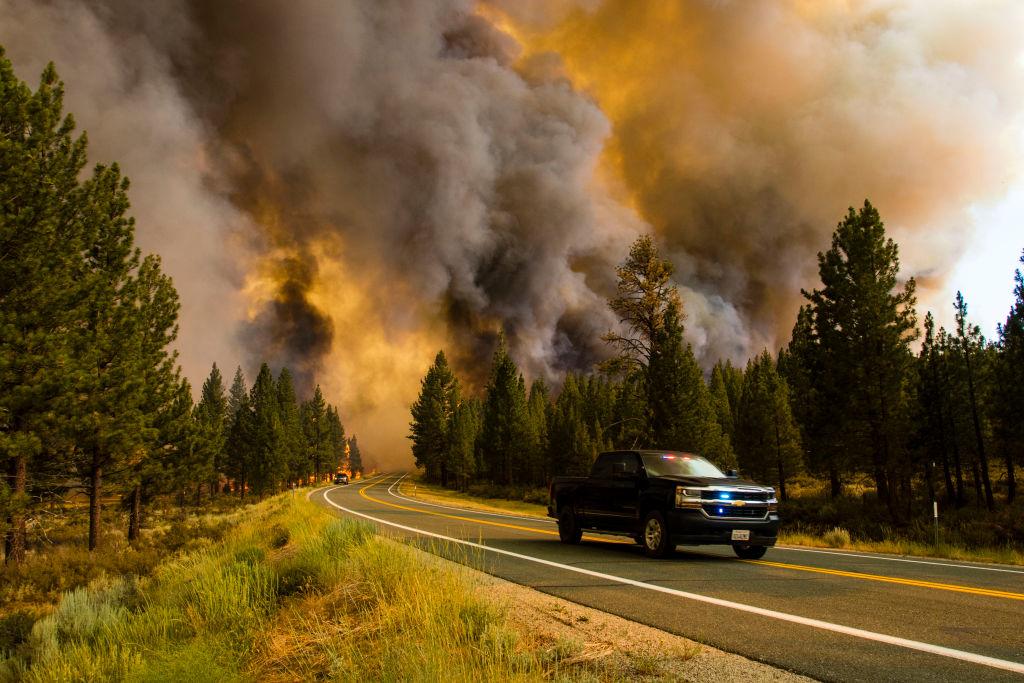 El incendio Tamarack rodea una carretera en California