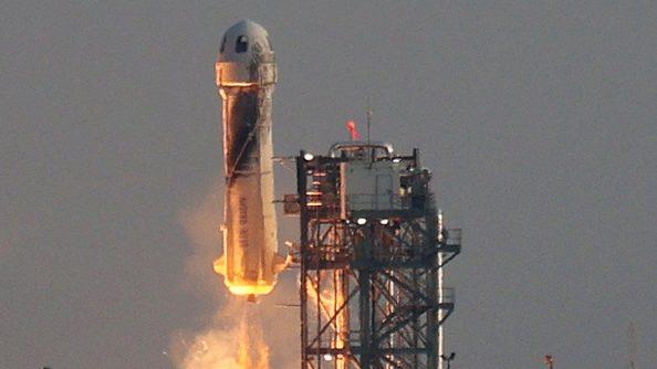 Multimillonario Jeff Bezos y Blue Origin realizaron con éxito su primer vuelo tripulado al espacio