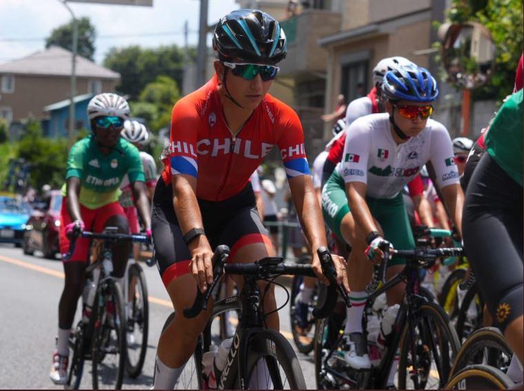 Catalina Soto fue líder por casi 30 kilómetros pero abandonó la carrera del ciclismo ruta en Tokio