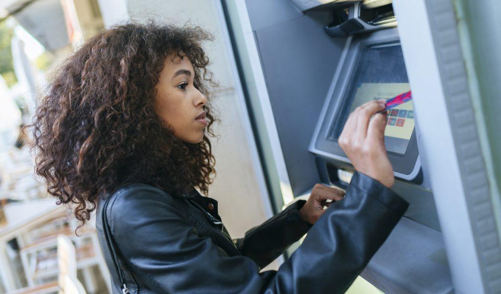 Tus Finanzas Familiares: Mujeres chilenas igualan a hombres en su actividad bancaria