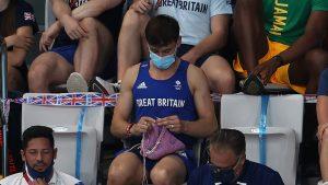 El tejedor Tom Daley: la imagen del atleta británico que dio la vuelta al mundo