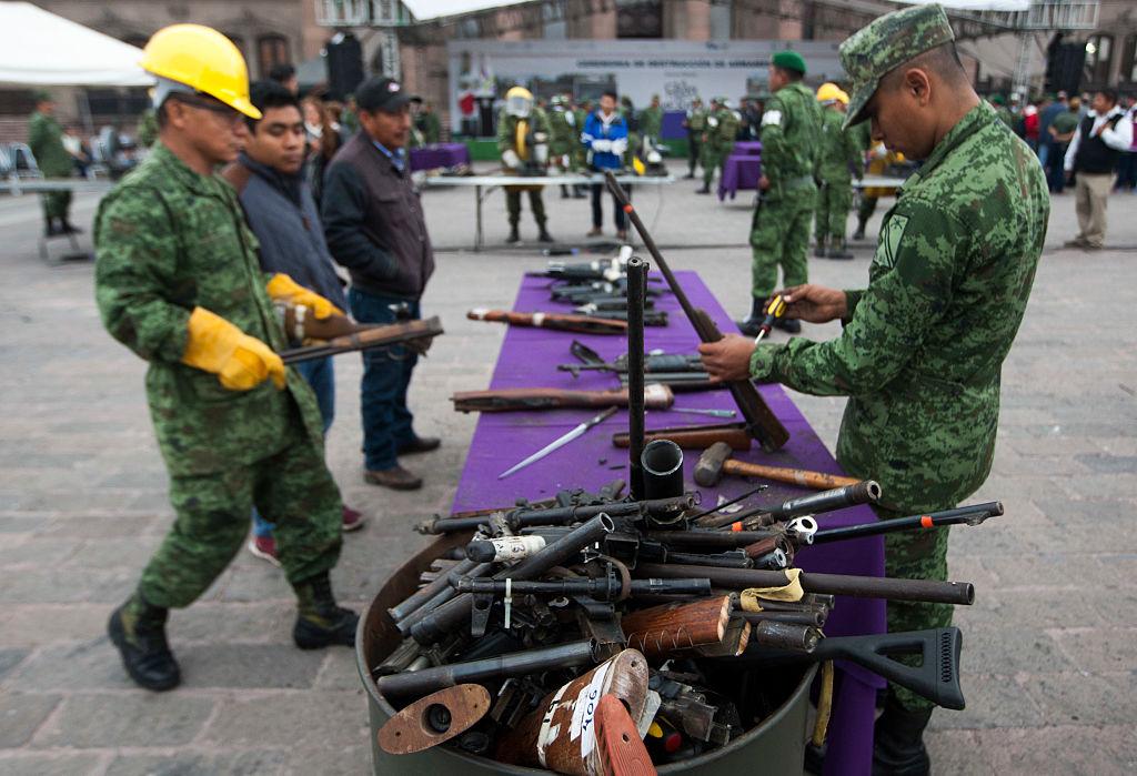 Soldados mexicanos comienzan la quema de armas traficadas