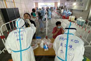 Gobierno de China fijó exámenes masivos y restricciones de viaje por brote del Covid-19