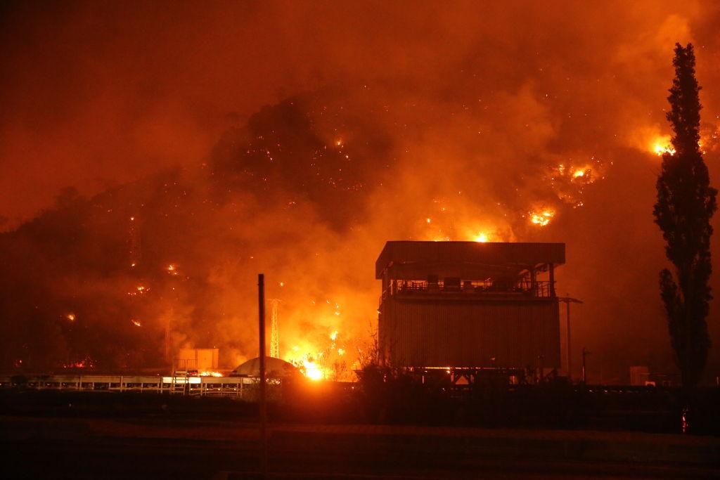 El fuego ilumina el cielo en la ciudad turca de Milas