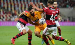 El Flamengo de Mauricio Isla quedó con un pie en la final de la Copa Libertadores tras imponerse en la ida sobre el Barcelona de Guayaquil