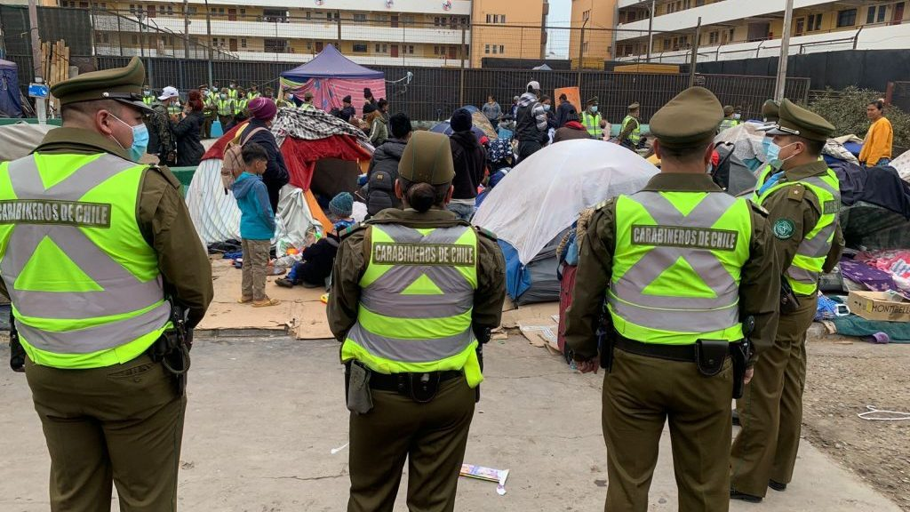 Desalojan a cientos de inmigrantes apostados en Plaza Brasil de Iquique