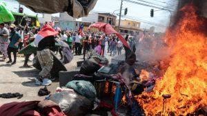 Manifestantes en Iquique quemaron carpas y pertenencias de inmigrantes que se encontraban en avenida Aeropuerto