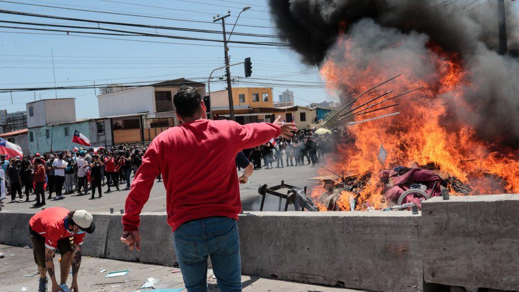"""Relator de Naciones Unidas calificó de """"inadmisible humillación"""" la quema de pertenencias contra inmigrantes en Iquique"""