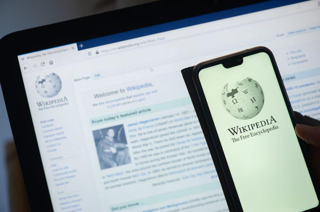 Políticos, futbolistas y abogados: ¿Quiénes son las chilenas y chilenos más reseñados en Wikipedia?