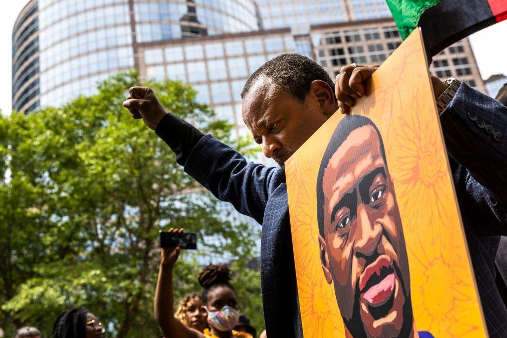 Manifestantes escuchan la condena del expolicía que asesinó a George Floyd