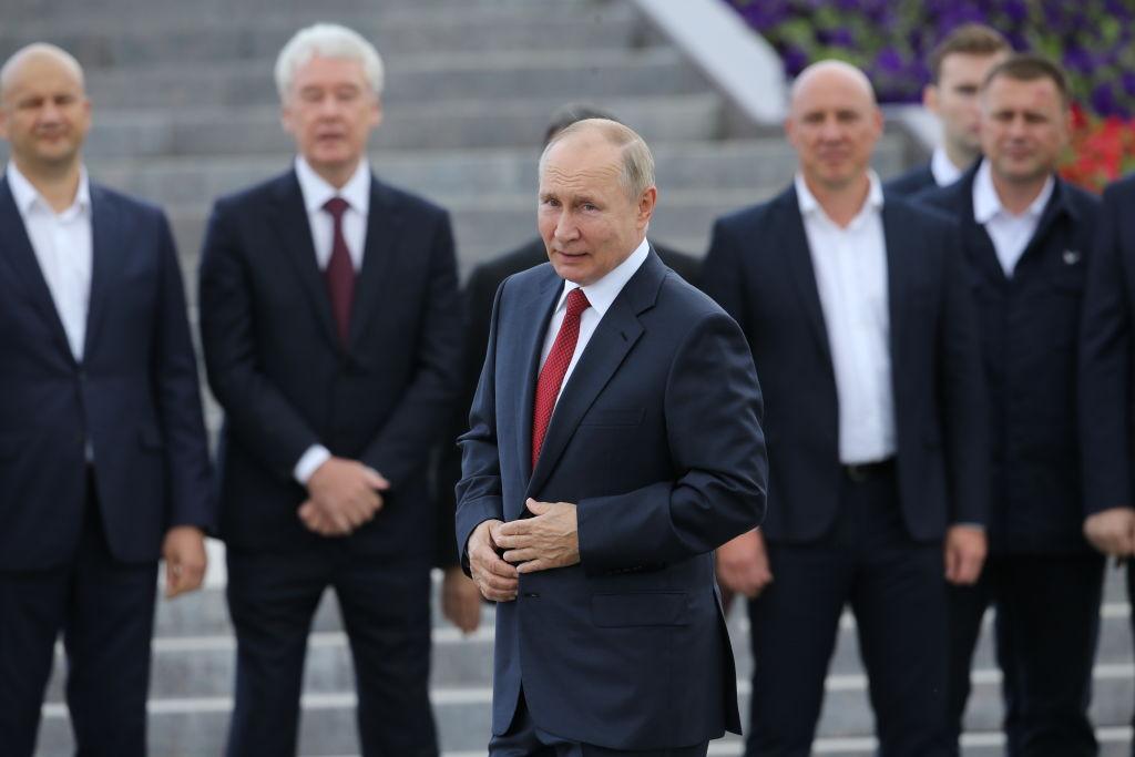Vladimir Putin junto a personeros de su gobierno en un acto en Moscú