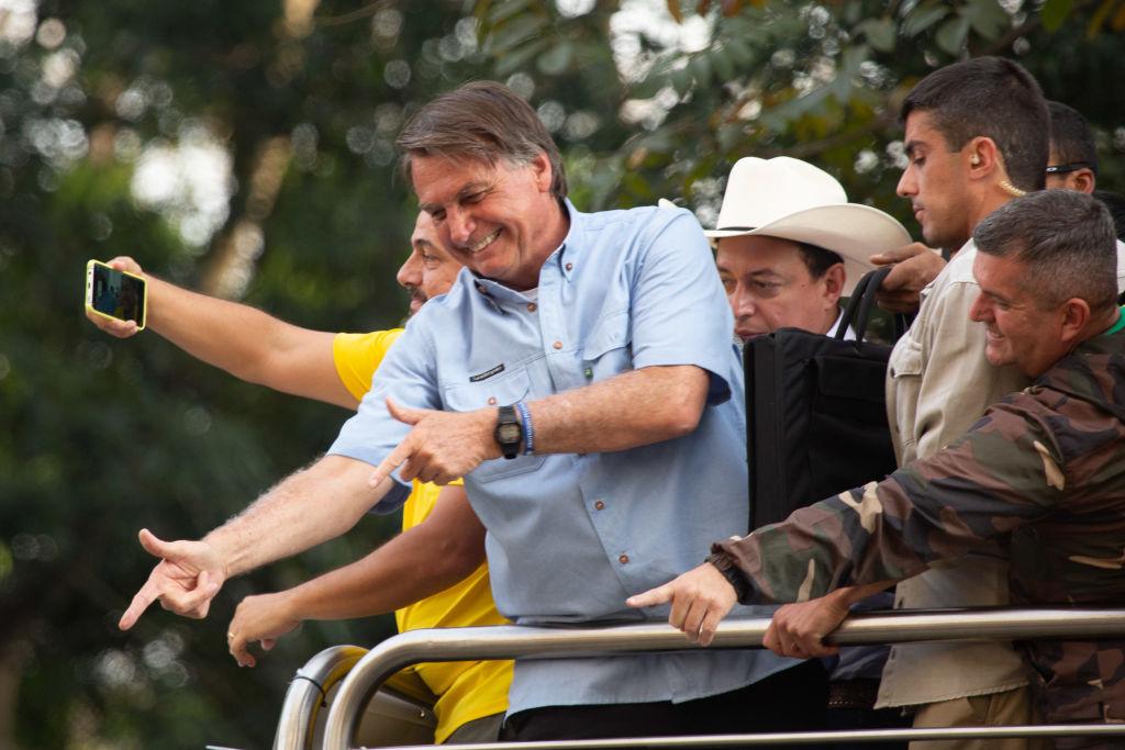 Jair Bolsonaro saluda a sus fanáticos en un acto en Sao Paulo
