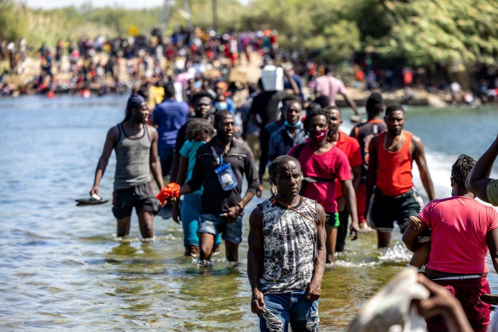Estados Unidos cerró un puente fronterizo tras masivo cruce de migrantes hacia Texas