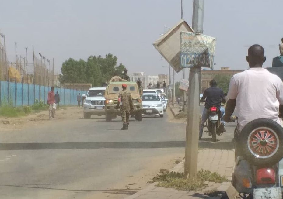 Soldados sudaneses bloquean las calles en la ciudad de Jartum