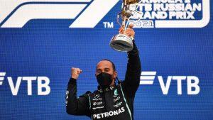 Lewis Hamilton se impuso en una loca carrera en Rusia y completó 100 carreras ganadas en la Fórmula 1