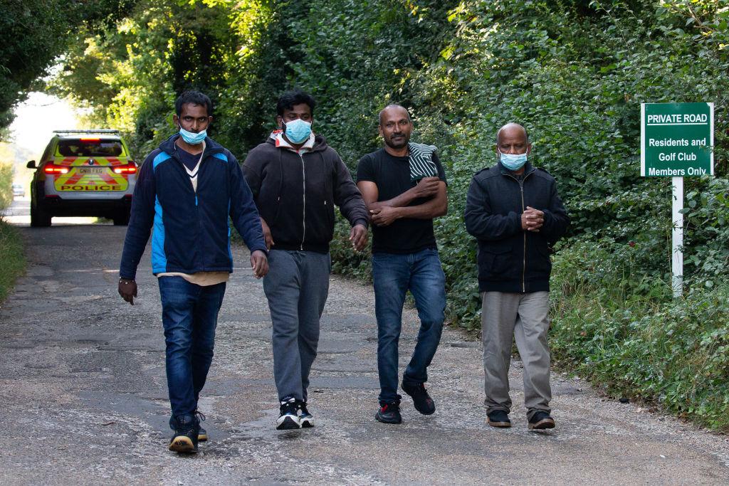 Migrantes caminan tras llegar a la localidad de Deal en Inglaterra