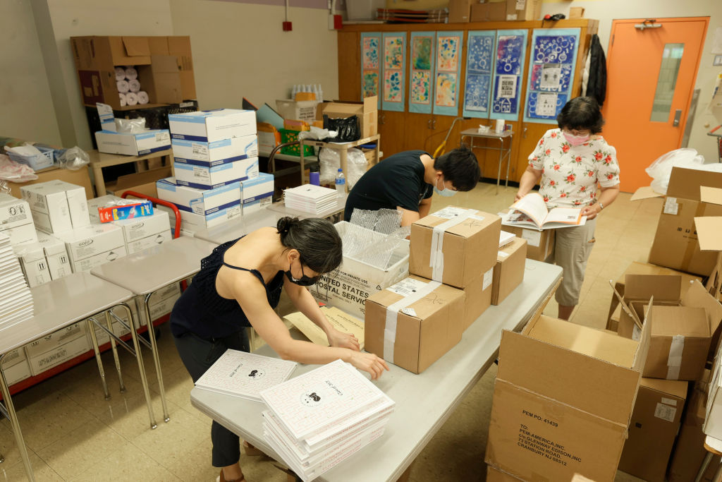 Trabajadores de un colegio de Nueva York preparan los materiales