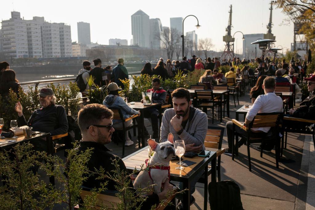 Personas disfrutan en un restaurante de la zona de Puerto Madero en Buenos Aires