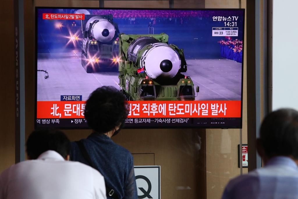 Personas observan la noticias de los misiles norcoreanos en Seúl