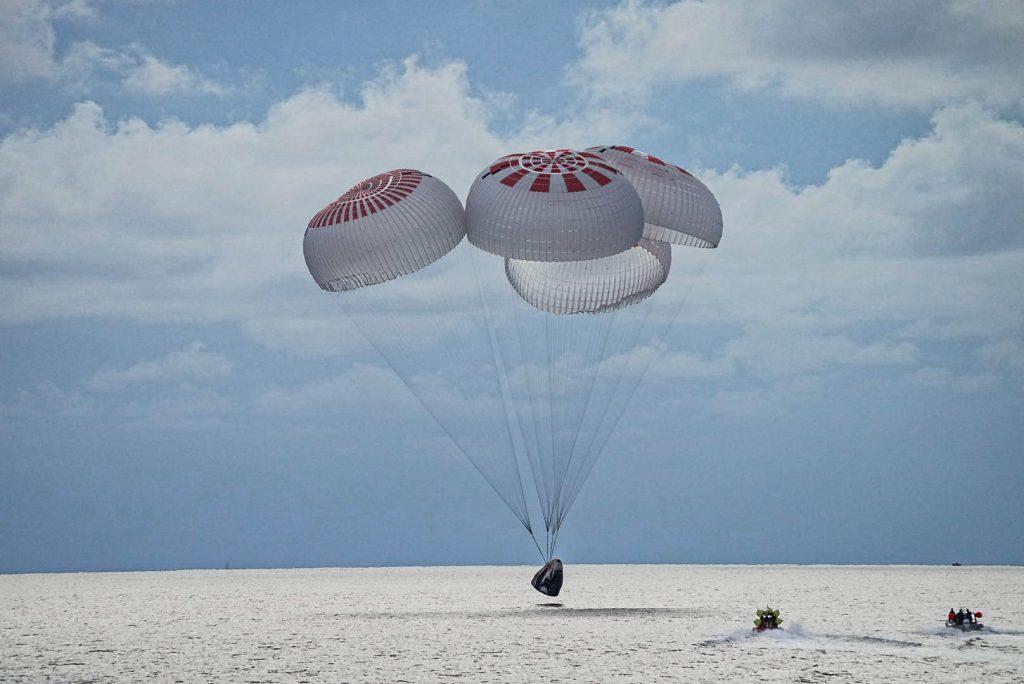 Cápsula Dragon amerizó sin problemas con los turistas espaciales de SpaceX