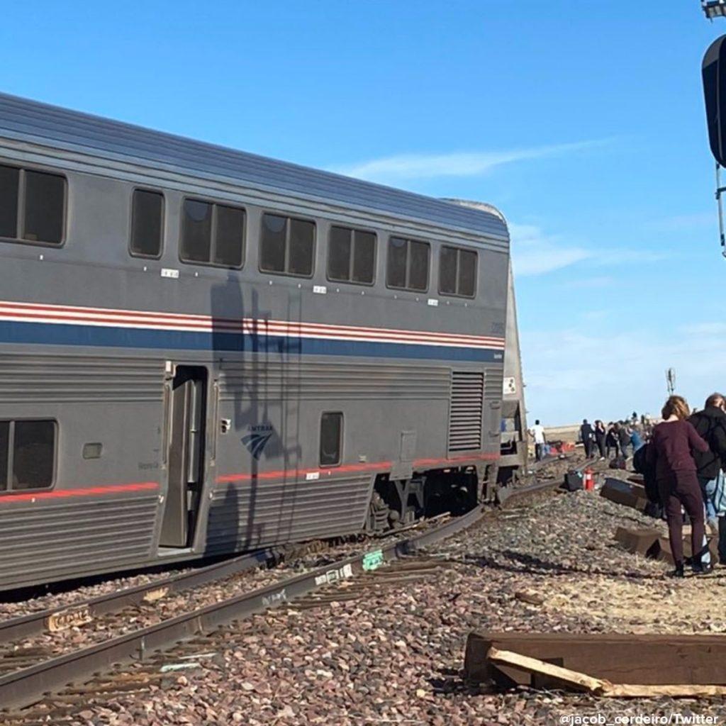 Al menos tres personas fallecidas y decenas heridas al descarrilar un tren en Estados Unidos