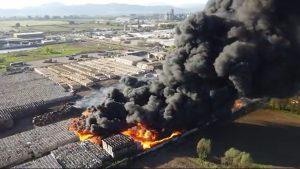 Región del Maule: incendio de gran magnitud afecta a planta Agrozzi en Teno
