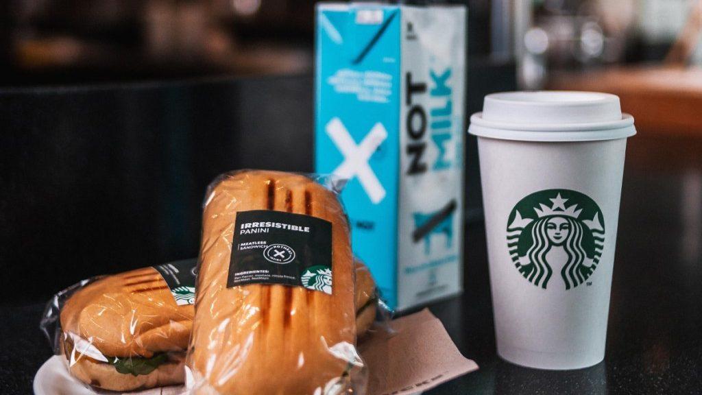 Starbucks y NotCo concretaron alianza: tiendas en Chile tendrán opciones veganas