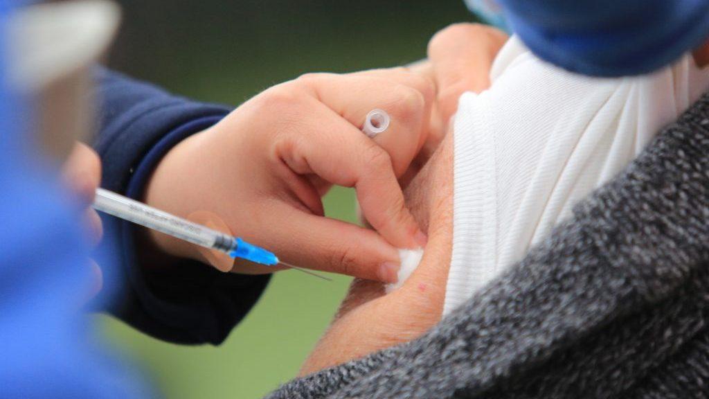 Investigación de la U. de Chile reveló que positividad de anticuerpos de vacuna Pfizer se mantiene en un 90%