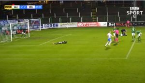 Arquero cruzó todo límite y golpeó a un compañero por no evitar un gol en la Premiership de Irlanda