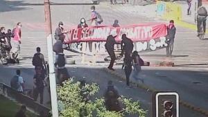 Manifestante resultó quemado al intentar encender una barricada en la Alameda