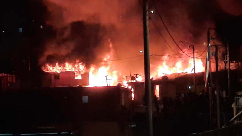 Incendio en campamento de Antofagasta afectó a 11 viviendas y dejó al menos 30 damnificados